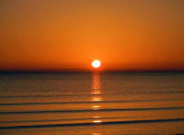 sunrise-on-the-sea-275274_640