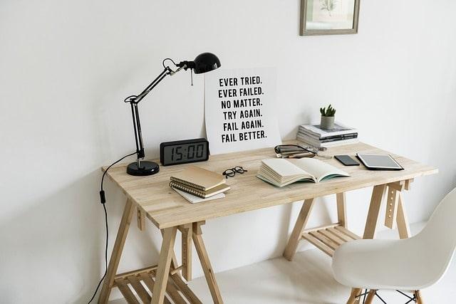 стол лампа рабочее место
