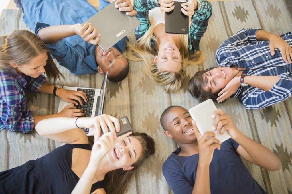 В параллельном мире: зависимость от телефона и интернета